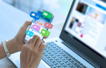 Mulher vê no celular as redes sociais